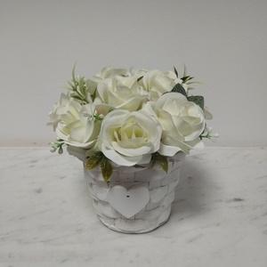 Rózsabox vintage fehér selyem rózsákkal , Csokor & Virágdísz, Dekoráció, Otthon & Lakás, Virágkötés, A  virágdoboz fehér vintage selyemvirágokkal készült , apró virágokkal és zöldekkel lett díszítve. A..., Meska