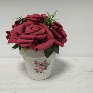 Rózsabox  mályva rózsákkal vintage cserép kaspóban, Csokor & Virágdísz, Dekoráció, Otthon & Lakás, Virágkötés, A  virágdoboz mályva habrózsából készült , apró virágokkal és zöldekkel lett díszítve. \n9 cm méretű ..., Meska