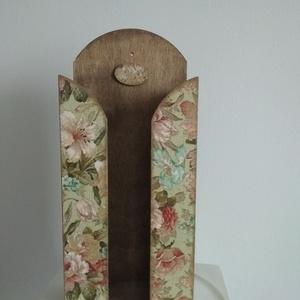 Oliva zöld alapon  alapon rózsás vintage mintás zsebkendőtartó fából, Otthon & Lakás, Tárolás & Rendszerezés, Zsebkendőtartó, Decoupage, transzfer és szalvétatechnika, Festett tárgyak, Különleges stílusú  vintage  zsebkendőtartó, nagy méretű.\n\nA dobozt alapozás után több rétegben deko..., Meska