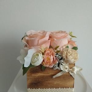 Rózsabox fa dobozban vintage púder-bézs virágokkal, Dekoráció, Otthon & Lakás, Asztaldísz, Virágkötés, Közeledik Valentin-nap ,Nőnap és Anyák napja. Lepd meg szeretteid egy ilyen különleges örök selyemvi..., Meska
