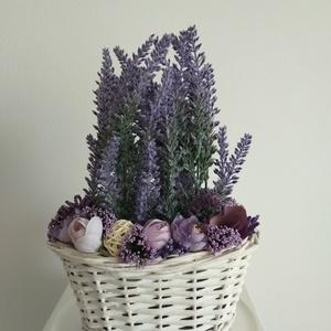 Levendulás box fehér háncs kosárban, Asztaldísz, Dekoráció, Otthon & Lakás, Virágkötés, A ovális virágdoboz lila többféle árnyalatával  vintage levendulával és selyemvirágokkal készült , a..., Meska