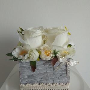 Virágbox / asztaldísz vintage fehér-bézs virágokkal szürke koptatott fa dobozban, Dekoráció, Otthon & Lakás, Asztaldísz, Virágkötés, Közelgő névnapra, születésnapra , Anyák napjára , ballagásra , pedagógus napra vagy a lakásod dekorá..., Meska