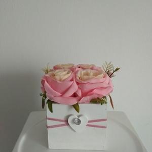 Rózsabox   fa dobozban vintage rózsaszín selyem virágokkal/rózsabox, Csokor & Virágdísz, Dekoráció, Otthon & Lakás, Virágkötés, Virágdoboz rózsaszín  vintage színekből álló selyemvirágokkal készült és zöldekkel lett díszítve.  \n..., Meska