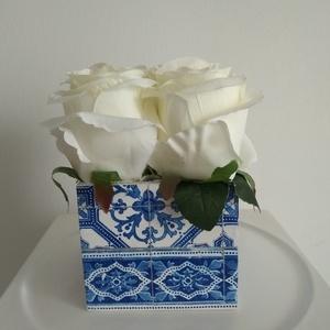 Rózsabox  mintás fa dobozban vintage fehér selyem virágokkal/virágbox, Díszdoboz, Dekoráció, Otthon & Lakás, Virágkötés, Közeledik Valentin-nap ,Nőnap és Anyák napja. Lepd meg szeretteid egy ilyen különleges örök selyemvi..., Meska