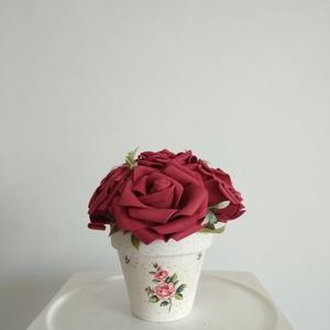Virágbox / asztaldísz mályva rózsákkal vintage cserép kaspóban, Csokor & Virágdísz, Dekoráció, Otthon & Lakás, Virágkötés, A  virágdoboz mályva habrózsából készült , apró virágokkal és zöldekkel lett díszítve. \n9 cm méretű ..., Meska