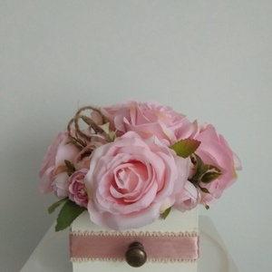 Virágbox / asztaldísz fehér fa dobozban vintage rózsaszín pasztell árnyalatokkal, Otthon & Lakás, Dekoráció, Csokor & Virágdísz, Virágkötés, Meska
