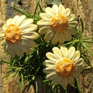 Sárga virágok, Otthon & lakás, Dekoráció, Lakberendezés, Dísz, Kerámia, Fehérre égő agyagból készítettem ezeket a  virágokat.  Mázazott,kétszer égetett kerámiák.A virágok á..., Meska