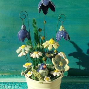 Asztaldísz kerámia virágokkal,madárkával, Otthon & lakás, Dekoráció, Lakberendezés, Dísz, Kerámia,   Fehérre égő agyagból készítettem ezeket a natúr és mázas virágokat. \nKrém színű bádog vödörbe tűző..., Meska