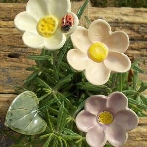 Színes virágok katicabogárral, Otthon & Lakás, Dekoráció, Csokor & Virágdísz, Kerámia, Fehérre égő agyagból készítettem ezeket a virágokat és a levelet.  Mázazott,kétszer égetett kerámiák..., Meska