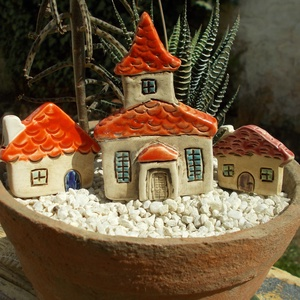 Apró házak templommal, Otthon & lakás, Lakberendezés, Kerti dísz, Kerámia, Szobrászat, Az apró házikók mindig elvarázsolnak,akár fából,akár kerámiából készülnek.Otthonosak,bájosak,szeretn..., Meska