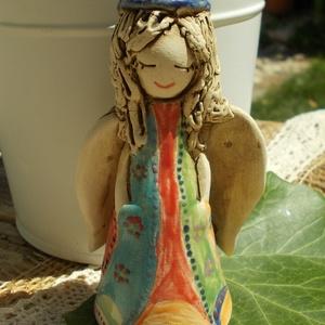 Angyalka ,színes ruhában :), Otthon & lakás, Dekoráció, Képzőművészet, Szobor, Kerámia, Kerámia, Szobrászat, Fehérre égő agyagból készítettem ezt a szendén mosolygó  angyalkát. Jön a nyár a fehér ruháját vidám..., Meska