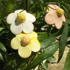 Tavaszi virágok, Otthon & Lakás, Ház & Kert, Kerti dísz, Kerámia, Fehérre égő agyagból készítettem ezeket a virágokat.  Mázazott,kétszer égetett kerámiák. A  virágok ..., Meska