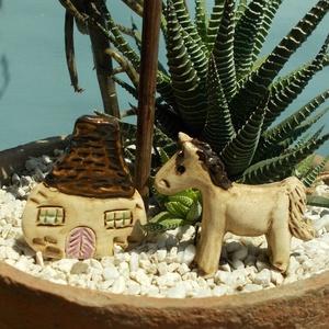 Manóház apró lovacskával, Otthon & lakás, Dekoráció, Képzőművészet, Szobor, Kerámia, Kerámia, Szobrászat, Fehérre égő agyagból készítettem ezt a manóházat és a lovacskát.. Natúr kerámiák,csak a színes része..., Meska