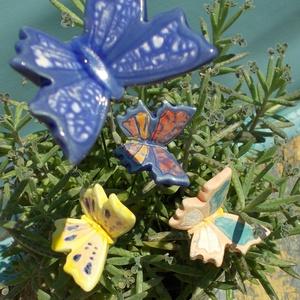 Tarka pillangók. :), Csokor & Virágdísz, Dekoráció, Otthon & Lakás, Kerámia, Fehérre égő agyagból készítettem ezeket a pillangókat ..   Mázazott,kétszer égetett kerámiák,a máz t..., Meska