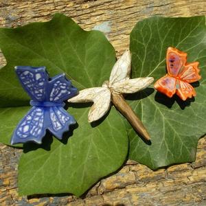 Szitakötő és pillangók, Csokor & Virágdísz, Dekoráció, Otthon & Lakás, Kerámia, Fehérre égő agyagból készítettem ezeket a pillangókat  szitakötőt .  Mázazott,kétszer égetett kerámi..., Meska