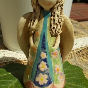 Angyalka ,színes ruhában :), Művészet, Szobor, Kerámia, Kerámia, Szobrászat, Fehérre égő agyagból készítettem ezt a szendén mosolygó  angyalkát. Jön a nyár a fehér ruháját vidám..., Meska