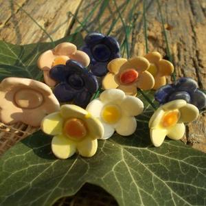 Apró virágok, Otthon & Lakás, Dekoráció, Csokor & Virágdísz, Kerámia, Fehérre égő agyagból készítettem ezeket az apró virágokat. Kétszer égetett,mázas kerámiák.  A  virág..., Meska