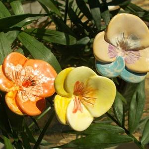 Árvácskák, Otthon & Lakás, Dekoráció, Csokor & Virágdísz, Kerámia, Fehérre égő agyagból készítettem ezeket a virágokat.  Mázazott,kétszer égetett kerámiák. A  virágok ..., Meska