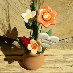 Legjobb dadus,Virágos asztaldísz, Otthon & Lakás, Dekoráció, Asztaldísz, Kerámia, Virágkötés, Terrakotta vázába tűzőhabot ragasztottam,izlandi mohával fedtem le,ebbe tűztem a kerámia virágokat ,..., Meska