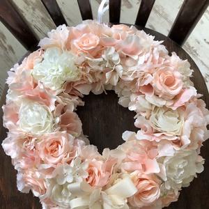 Púder krém pasztell koszorú,ajtódísz, Otthon & lakás, Dekoráció, Dísz, Lakberendezés, Ajtódísz, kopogtató, Koszorú, Mindenmás, Virágkötés, Szalma alapra készítettem ezt a csopa virág koszorút, melynek átmérője kb 33 cm. Csodás pasztell árn..., Meska