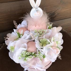 Nyuszis tavaszi asztaldísz, virágdoboz, Otthon & Lakás, Dekoráció, Asztaldísz, Virágkötés, Babarózsaszín kalapdobozba készült asztaldísz édes kerámia nyuszival, fehér hortenziával, zölddel...., Meska