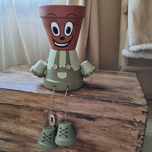 Cserép baba virágtartó, Otthon & Lakás, Ház & Kert, Kerti dísz, Festett tárgyak, Zöld színű, fiú cserép baba. 27 cm magas lábak nélkül., Meska