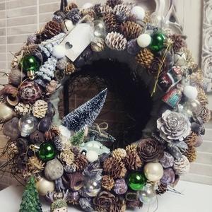 Téli Zöld Koszorú, Otthon & lakás, Karácsony, Karácsonyi dekoráció, Lakberendezés, Ajtódísz, kopogtató, Koszorú, Virágkötés, Rusztikus, zöld színvilágú koszorú, kb. 36 cm átmérővel rendelkezik. \nBevont- gyapjúval szalma alapr..., Meska
