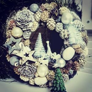 Szürke Manós téli kopogtató, Otthon & lakás, Karácsony, Karácsonyi dekoráció, Lakberendezés, Ajtódísz, kopogtató, Koszorú, Virágkötés, Szereted a szürke árnyalatot? \nMit szólsz egy kb. 25 cm átmérőjű szürke, manós téli koszorúhoz?\n\nÜve..., Meska
