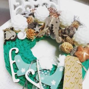 Zöld adventi koszorú, Otthon & lakás, Dekoráció, Ünnepi dekoráció, Karácsony, Karácsonyi dekoráció, Lakberendezés, Koszorú, Virágkötés, Zöld,  kötött póló fonallal bevont adventi koszorú, toboz gyertyákkal, termésekkel, üveg kiegészítők..., Meska