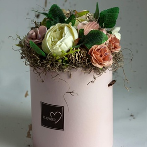 Tavaszi, virágdoboz., Anyák napja, Ünnepi dekoráció, Dekoráció, Otthon & lakás, Lakberendezés, Asztaldísz, Virágkötés, Tavaszi, rózsaszín virágdoboz, selyemvirágokkal, kerámia kiegészítőkkel, termésekkel, romantikus han..., Meska
