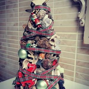 Karácsonyi Fácska, Karácsony & Mikulás, Karácsonyi dekoráció, Virágkötés, Épített, karácsonyi fácska, sok sok kiegészítővel, kb. 30 cm magasságban.\nGyerekszobák ideális kiegé..., Meska