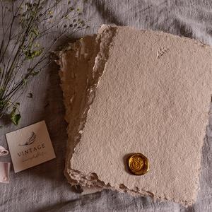 merített Papír - Különleges Taupe színben, Esküvő, Meghívó & Kártya, Meghívó, Papírművészet, Újrahasznosított alapanyagból készült termékek, Méret: A/5\nSzín: Taupe\n\nA termékből mindösszesen 80 db áll rendelkezésre.\nA képen a meghívón találha..., Meska