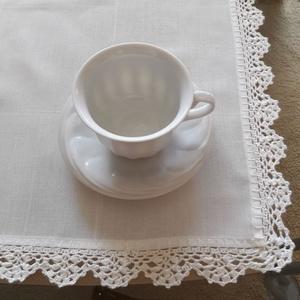 Törtfehér asztali futó/terítő horgolt szélcsipkével, Otthon & lakás, Lakberendezés, Lakástextil, Terítő, Horgolás, Varrás, Törtfehér szövet hatású textília  az anyaga ennek a terítőnek,szövésében kockás. Szélét pamut horgol..., Meska