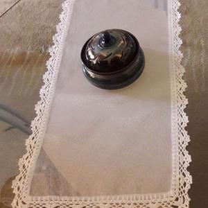 Törtfehér asztali terítő/futó, Otthon & lakás, Lakberendezés, Lakástextil, Terítő, Horgolás, Varrás, Törtfehér átlátszó, kissé fényes,könnyű textília az anyaga ennek a terítőnek. Szélét pamut horgolócé..., Meska