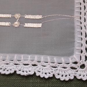 Fehér hímzett kis terítő horgolt szegéllyel (Viola14) - Meska.hu