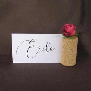 tartó ültetőkártyához parafadugóból selyemvirággal, Esküvő, Esküvői dekoráció, Meghívó, ültetőkártya, köszönőajándék, Fotó, grafika, rajz, illusztráció, Az ültetőkártyák (vagy más kisebb feliratok) jópofa és praktikus elhelyezésére kínál megoldást ez a ..., Meska