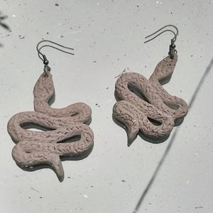 Kígyó fülbevaló, Ékszer, Fülbevaló, Lógós fülbevaló, Gyurma, Süthető gyurmából készült, fényes lakkal lekent fülbevaló.\nParaméterek: szélesség: kb 4 cm, hosszúsá..., Meska
