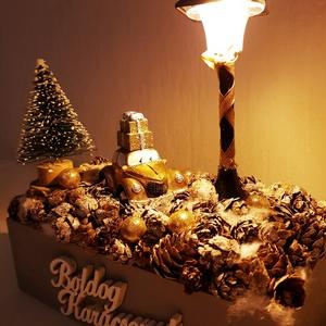 Autós karácsonyi asztaldísz - Világítós (Nagy)  , Karácsony & Mikulás, Karácsonyi dekoráció, Virágkötés, Ez a asztaldísz meg fogja hozni a karácsonyi hangulatodat. A lámpa fényeinél az autón lévő karácsony..., Meska