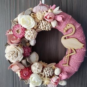 Flamingós vidám nyári kopogató, ajtódísz, Ajtódísz & Kopogtató, Dekoráció, Otthon & Lakás, Virágkötés, Virágok, termések és egyéb kiegészítők felhasználásával készült kopogtató, az alapon egy rózsaszín j..., Meska