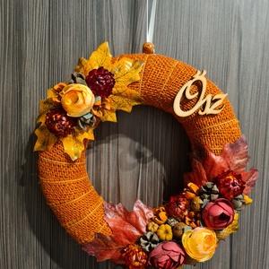 Narancs színű virágos ajtódísz, Otthon & Lakás, Dekoráció, Ajtódísz & Kopogtató, Virágkötés, Narancs színű jutta szalaggal bevont alapra készült kopogtató, termések és virágok felhasználásával...., Meska