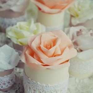 Papírrózsa, Esküvő, Dekoráció, Asztaldísz, Papírművészet, Tíz darab pasztell árnyalatú, többféle méretű rózsa krepp papírból, henger alakú karton tartóval, me..., Meska