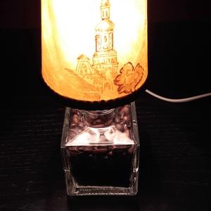 Kávébabos Dísz-hangulat lámpa., Lakberendezés, Otthon & lakás, Lámpa, Asztali lámpa, Hangulatlámpa, Mindenmás, Üvegművészet, Kocka alaku üveg palack kifúrva bevezetékelve ( a vezetéken kapcsoló)  igazi pörkölt kávébabbal megt..., Meska