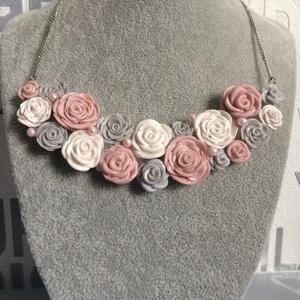 Rózsás nyaklánc, Ékszer, Nyaklánc, Gyurma, Saját kézzel formált rózsákkal kirakott nyakék., Meska