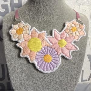 Hímzett virágos nyaklánc, Ékszer, Nyaklánc, Hímzés, Hímzőfonal felhasználásával készült. Szalagon lóg a nyaklánc, a hossza állítható., Meska