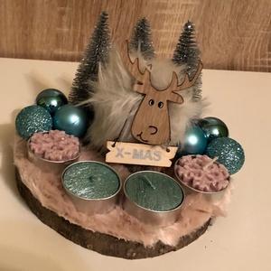 Rózsaszín türkíz műszőrmés karácsonyi asztaldísz, Karácsony & Mikulás, Karácsonyi dekoráció, Mindenmás, Kb. 16 cm átmérőjű rózsaszín műszőrmével borított fa szelet asztaldísz. Fehér szőrös f fa kis rénsza..., Meska