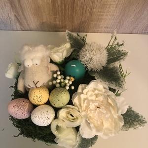 Bárányos húsvéti asztaldísz, Otthon & Lakás, Dekoráció, Asztaldísz, Virágkötés, Kb. 20 cm átmérőjű kosárban szárított moha ágyon kis gülüszemű pihe puha bárányka színes hungarocell..., Meska
