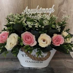 Selyemvirág asztaldísz, Otthon & Lakás, Dekoráció, Asztaldísz, Virágkötés, Kb. 20cm széles 15 cm magas fehér bádog kaspóban rózsaszín fehér selyem rózsacsokor mű zölddel kiegé..., Meska