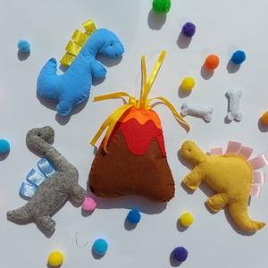 Dínóvilág filcjáték készlet , Játék & Gyerek, Plüssállat & Játékfigura, Baba-és bábkészítés, Varrás, Utazz vissza a dínók világába! \n\nVulkán mérete: kb 15cm x 12 cm\n\nCsontok:  2cmx4,5cm \n\nSárga dínó: 8..., Meska