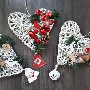Karácsonyi ajtó dísz, Otthon & lakás, Dekoráció, Ünnepi dekoráció, Karácsony, Karácsonyi dekoráció, Fonás (csuhé, gyékény, stb.), Újrahasznosított alapanyagból készült termékek, Papírból készült sziv alapra készült karácsonyi ajtó dísz\nMéret: kb: 18* 17 cm, Meska