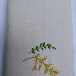 Kézi hímzéssel (mimóza) díszített vászon könyvborító, Könyv- és füzetborító, Papír írószer, Otthon & Lakás, Hímzés, Varrás, Kézi hímzéssel (mimóza) díszített, egyedi darab. Ez a könyvborító könyvhöz, füzethez, naplóhoz készü..., Meska